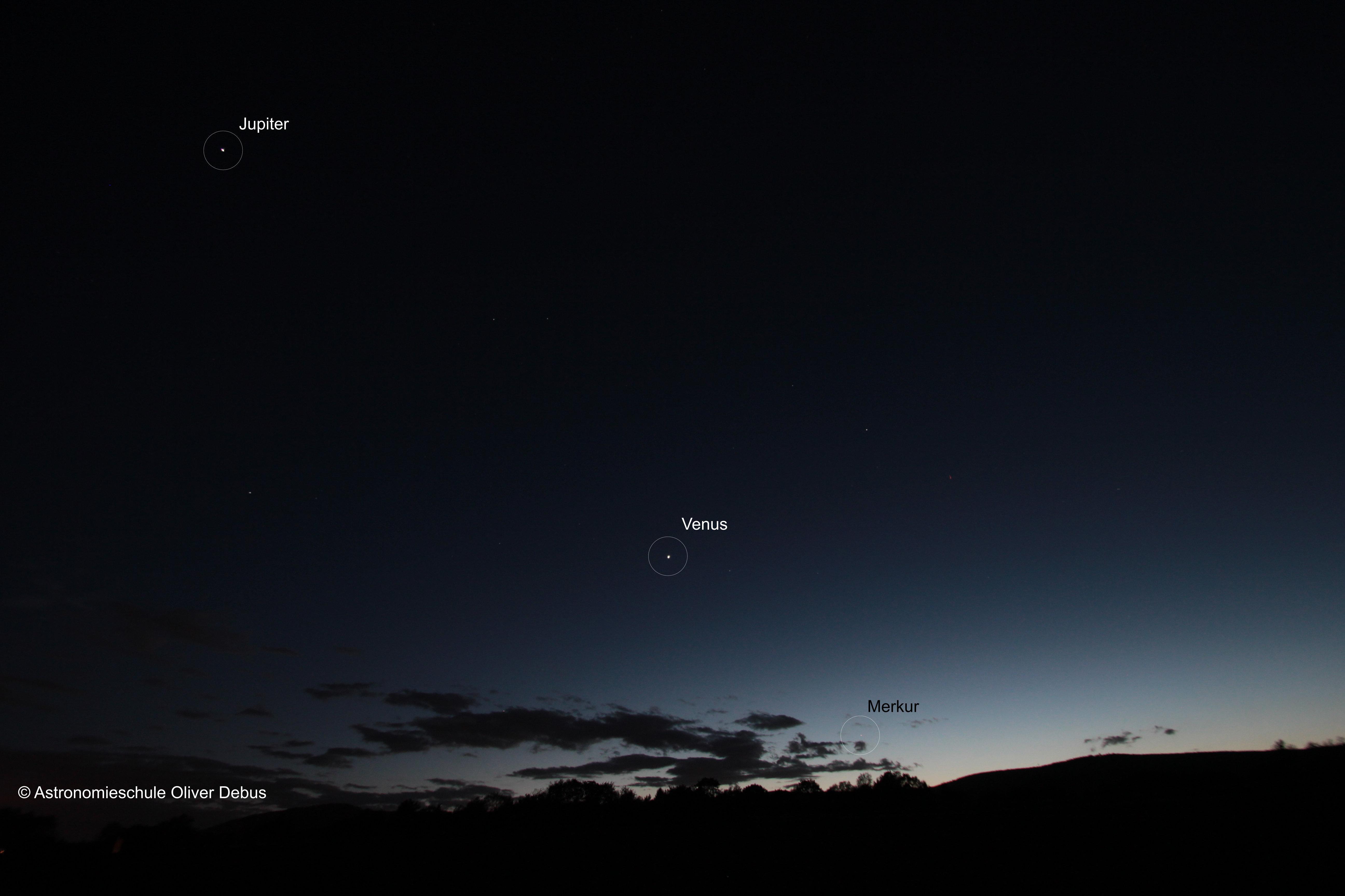 Wie Perlen entlang einer Schnur, reihen sich die Planeten Jupiter, Venus und Merkur entlang der Ekliptik aneinander.