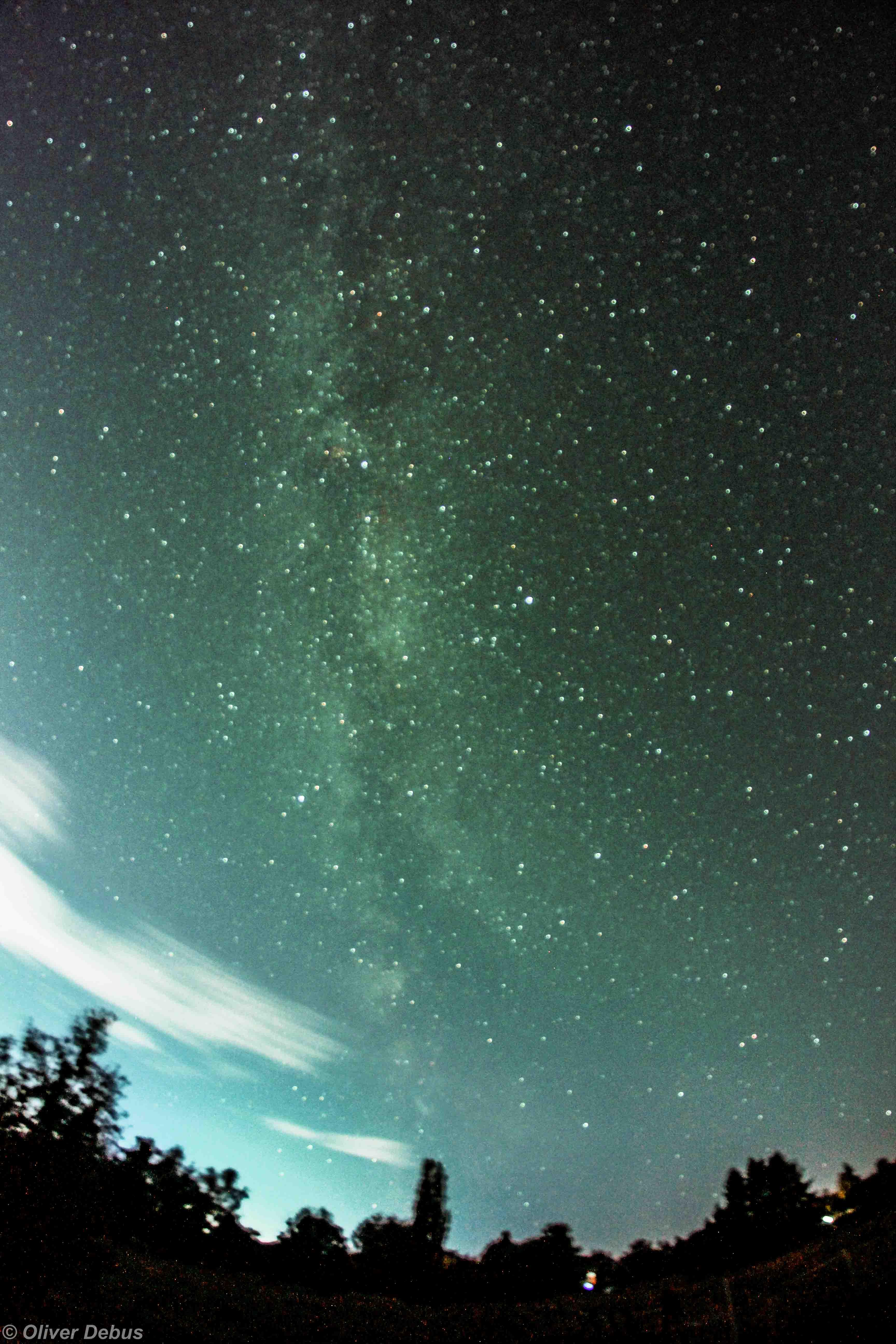 Die Sommermilchstraße, am Südhorizont erhebt sie sich aus den Sternbildern Schütze und Skorpion, läuft durch das Sommerdreieck und endet oben im Bild im Sternbild Kassiopeia.