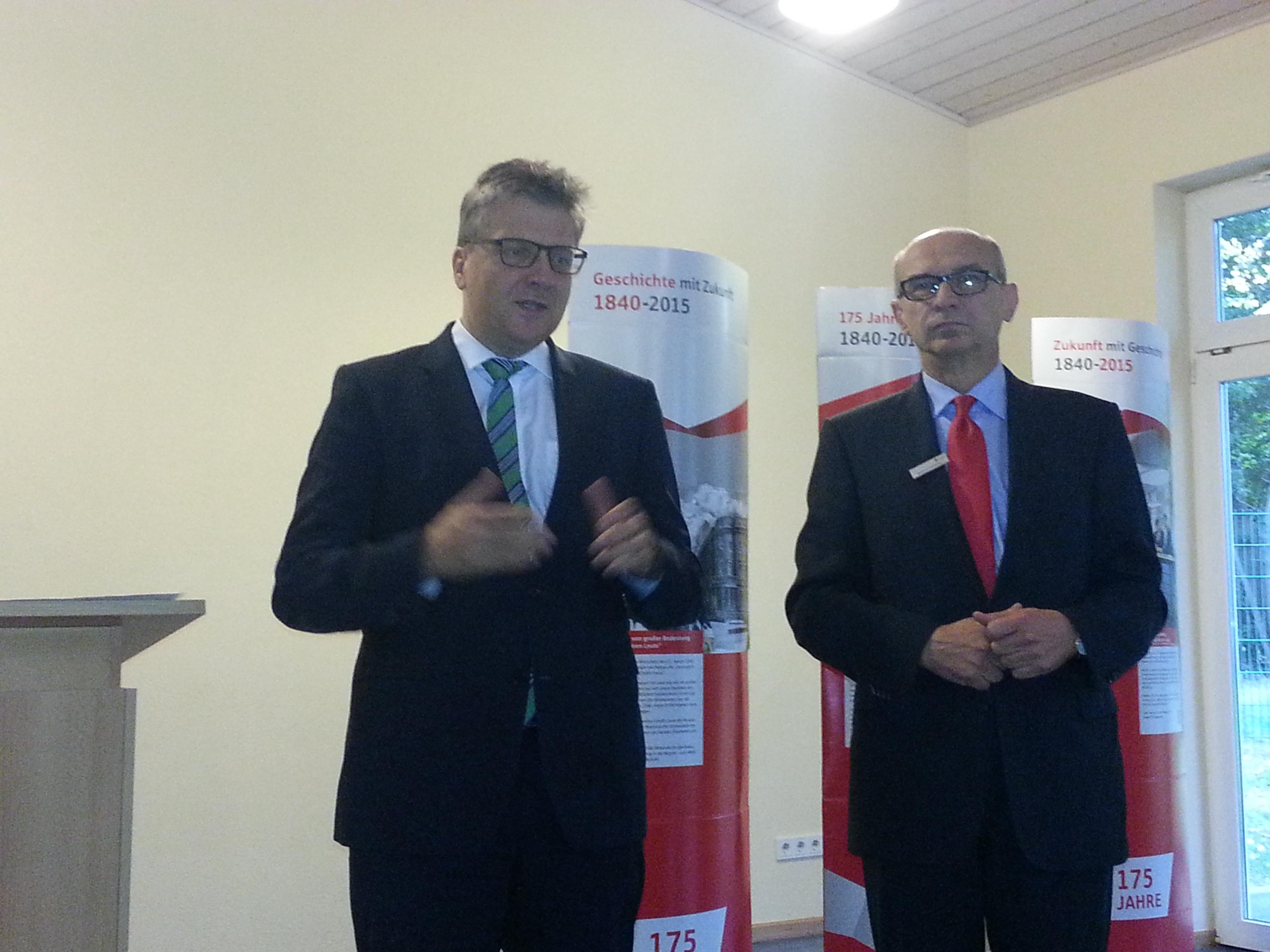 Landrat Ulrich Krebs und Naspa Vorstandsmitglied Bertram Theilacker verteilen die Spenden an die erfolgreichen Vereine aus dem Hochtaunuskreis.